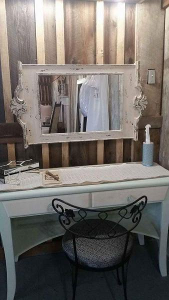[Image: Vintage desk and mirror serve as a makeup stand and desk. You can write a touching tribute to the bride while touching up your makeup. ]